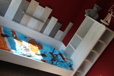 Steigerhouten Kinderkamer Met Speelwand En Openkast In De