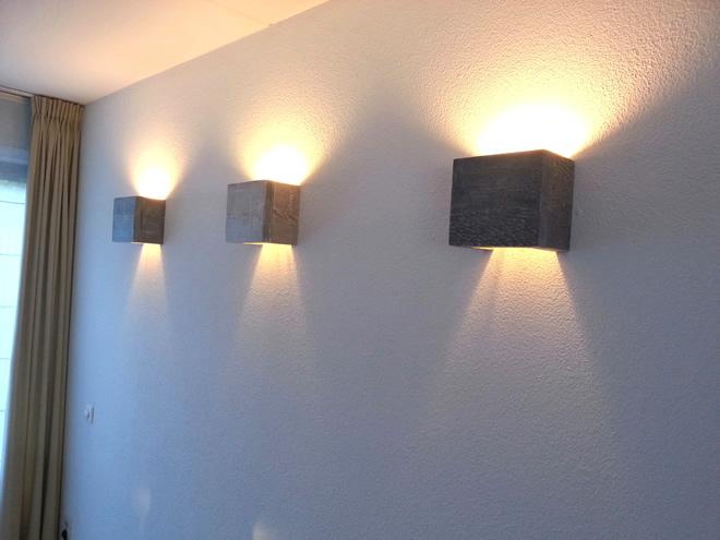 steigerhouten wandlamp
